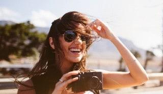 فتاة تحاول تعديل شعرها الذي يحركه الهواء